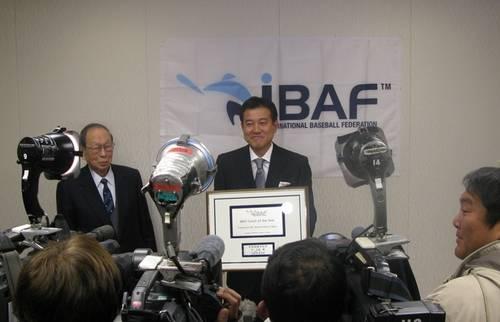 Tatsunori Hara receives Coach of the Year Award from IBAF