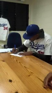 Spanish RHP Ramon Rosso signs with Los Angeles Dodgers